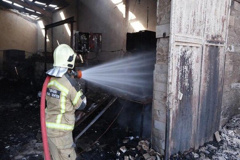 آتش سوزی در یک انبار ضایعات پلاستکی، آتش 3 ساعته خاموش شد