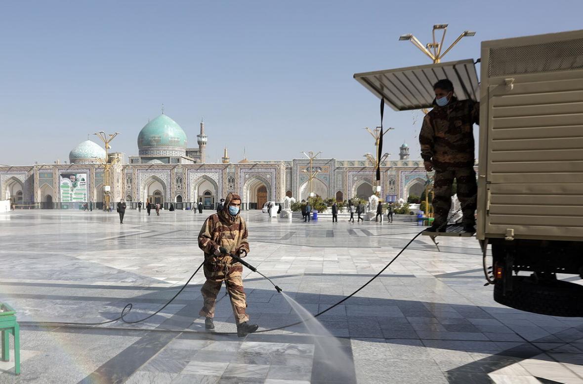 خبرنگاران اقدامات بهداشتی در حرم مطهر رضوی با مشارکت ارتش انجام شد